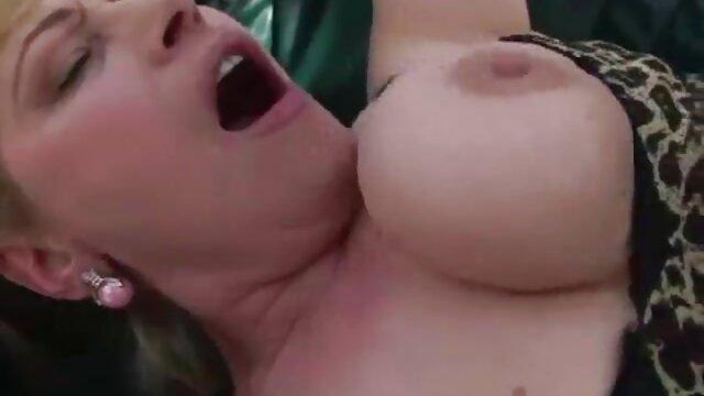 Tiffany Taylor genießt Spucke als Schmiermittel neue deutsche porno videos
